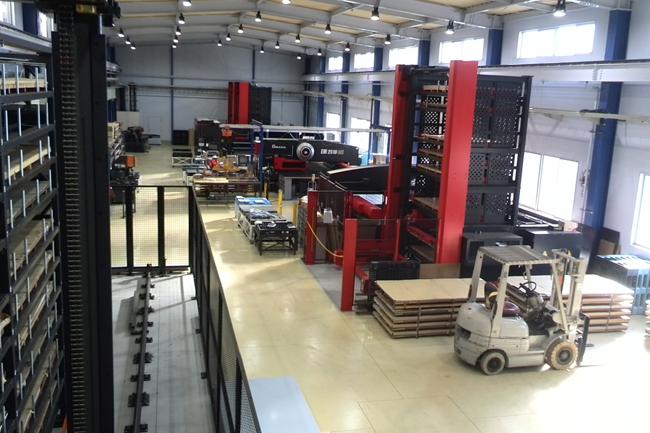 自動化の進んだ工場内部